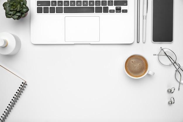 Maqueta plana laicos espacio de trabajo de oficina en casa femenina copyspace