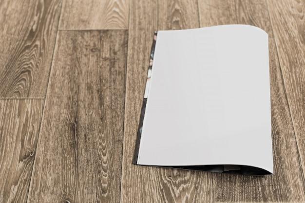 Maqueta de portada de revista en blanco