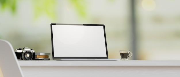 Maqueta de portátil con cámara libros taza de café en la encimera de la mesa con fondo borroso 3d render