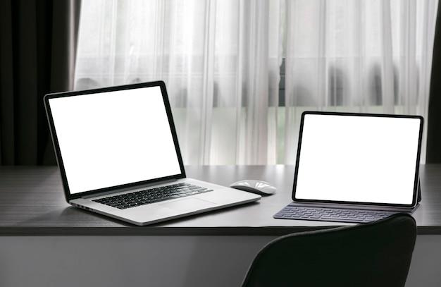 Maqueta portátil con pantalla en blanco en la mesa del mostrador en la sala de estar