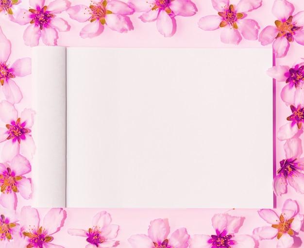 Maqueta con preciosas flores rosas alrededor