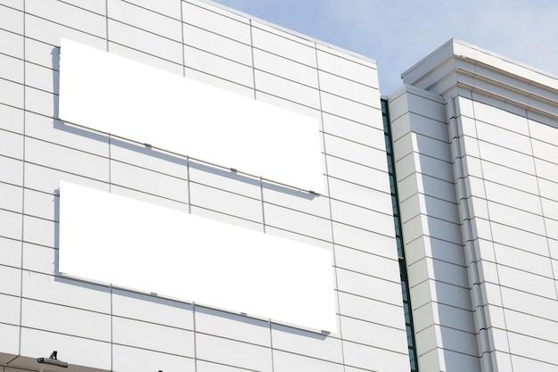 Maqueta de publicidad exterior en blanco con espacio de copia en la pared del edificio del centro comercial