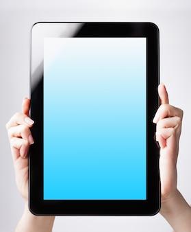 Maqueta de tableta digital en manos de mujer