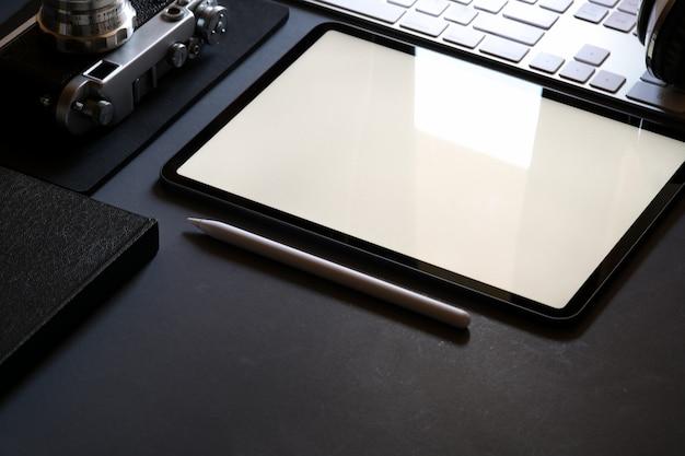 Maqueta de tableta y papelería de oficina.