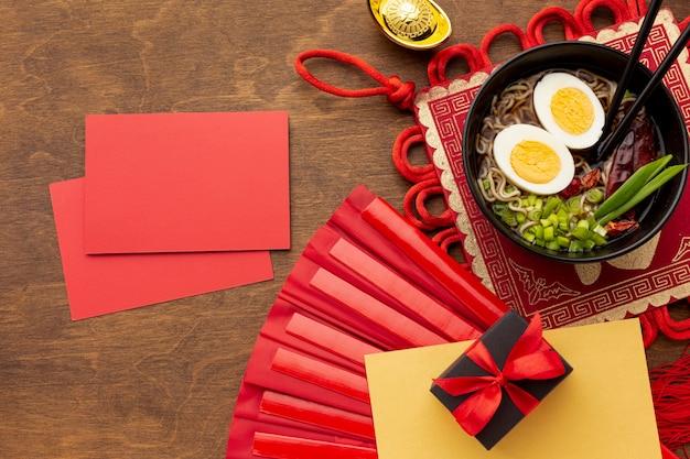 Maqueta de tarjeta de año nuevo chino con plato