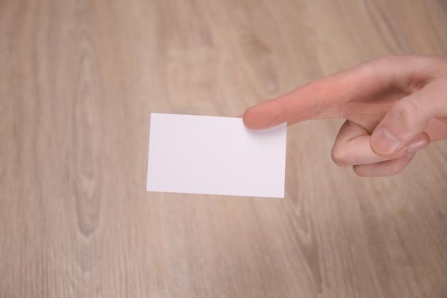 Maqueta de tarjeta blanca en blanco con esquinas redondeadas