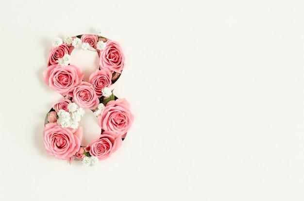 Maqueta de tarjeta del día de la mujer feliz con ocho de rosas