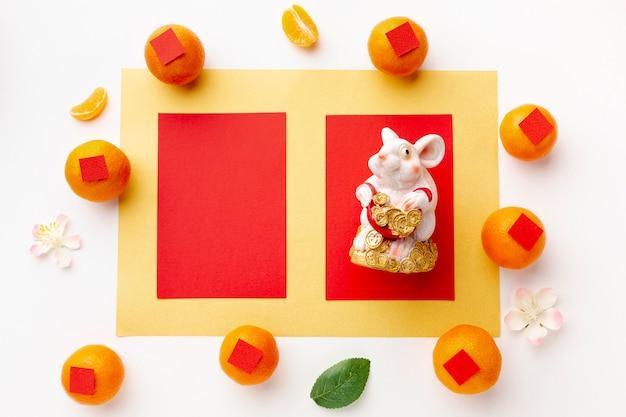Maqueta de tarjeta con estatuilla de rata año nuevo chino