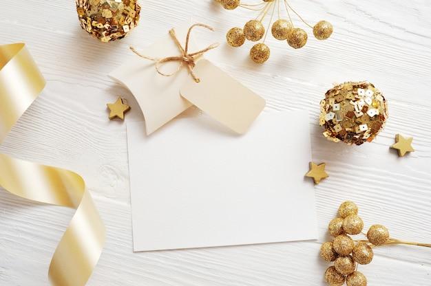 Maqueta de tarjeta de felicitación de navidad vista superior y bola de oro