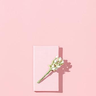 Maqueta de tarjeta minimalista con libreta rosa vacía