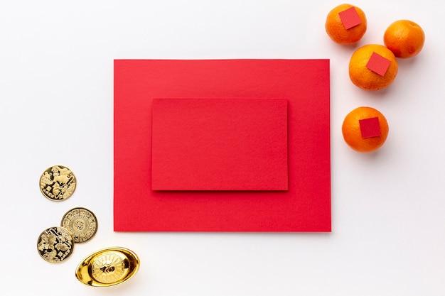 Maqueta de tarjeta con monedas de oro año nuevo chino