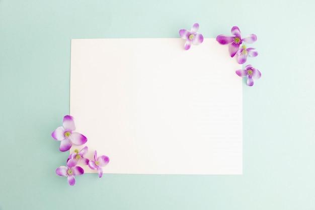 Maqueta de una tarjeta de papel blanco sobre fondo pastel, diseño creativo para papel tapiz pastel.