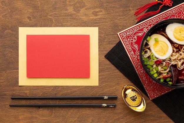 Maqueta de tarjeta con plato de año nuevo chino