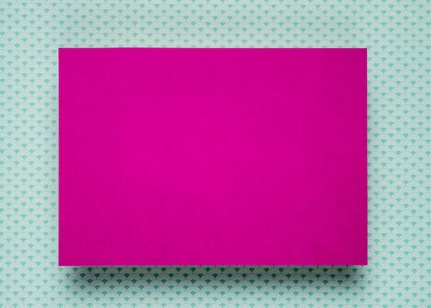Maqueta de tarjeta púrpura sobre fondo verde azulado