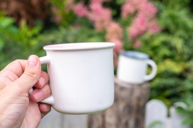 Maqueta de taza con naturaleza verde bokeh