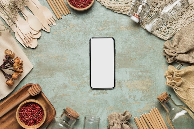 Maqueta de teléfono con objetos amigables con el medio ambiente