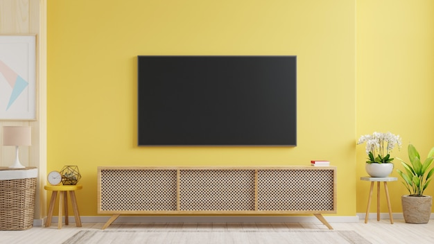 Maqueta de un televisor montado en la pared de una sala de estar con una pared amarilla