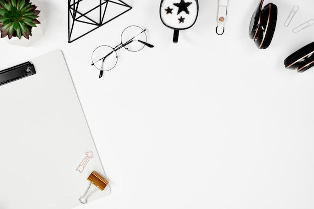 Maqueta de trabajo de hombre creativo con espacio de copia