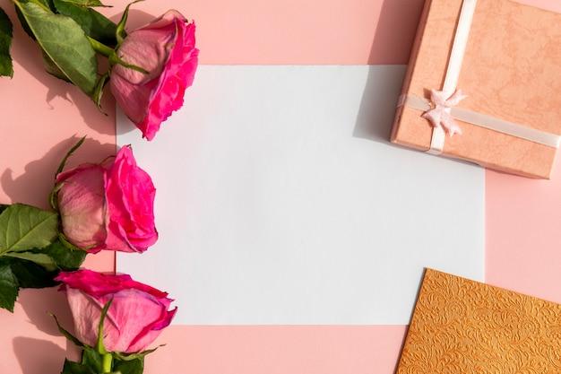 Maquetas de rosas con regalos.