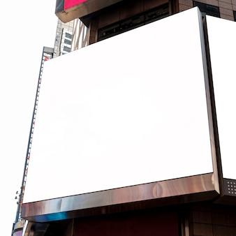 Maquetas de vallas publicitarias en un edificio de la ciudad