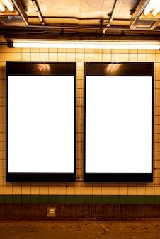 Maquetas de vallas publicitarias en una estación de metro