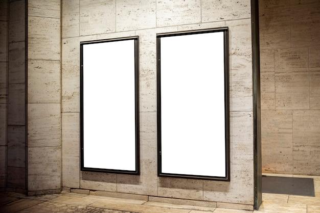 Maquetas de vallas publicitarias en una pared.
