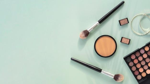 Maquilla productos de belleza con espacio de copia