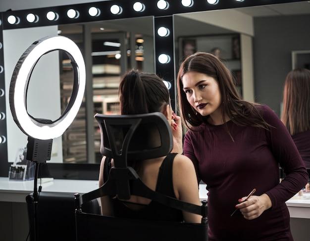 Maquilladora aplicando maquillaje