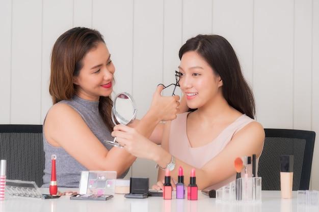 Maquilladora haciendo maquillaje hermosa niña