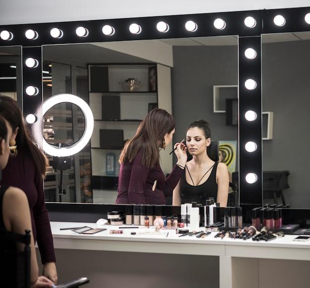 Maquilladora y modelo en estudio