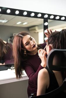 Maquilladora trabajando en estudio