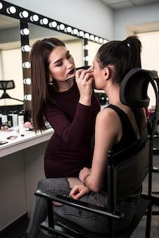 Maquilladora trabajando tiro medio