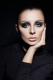 Maquillaje ahumado clásico en cara de mujer