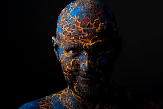 Maquillaje del arte de la cara del hombre creativo
