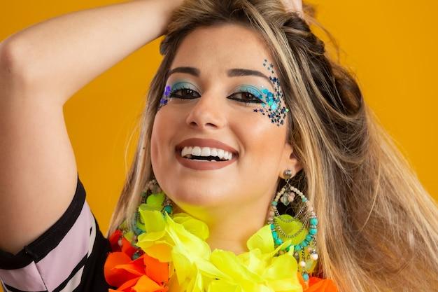 Maquillaje de carnaval para celebrar el carnaval de brasil. tendencia de maquillaje y accesorios para el carnaval.