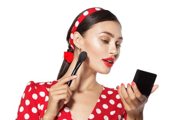 Maquillaje. close up retrato en la cabeza de estilo retro pinup mujer joven