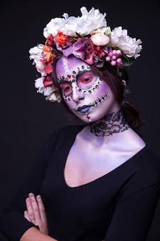Maquillaje con piedras de fantasía y corona de flores tema de halloween