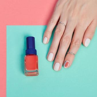 Maquillaje cosmético para manos, manicura de uñas hermosas, esmalte de uñas, publicidad en papel de color