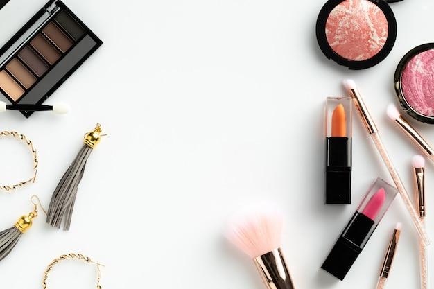 El maquillaje cosmético pone el contenido blanco del gráfico de la belleza del texto del fondo copyspace plano