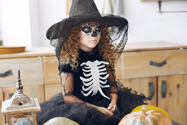 Maquillaje y disfraz de halloween de niña sugar skull. fiesta de halloween. dia de los muertos.