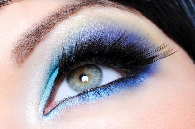 Maquillaje glamour con largas pestañas postizas - macro shot