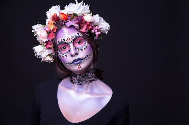 Maquillaje de halloween con piedras de strass y corona de flores