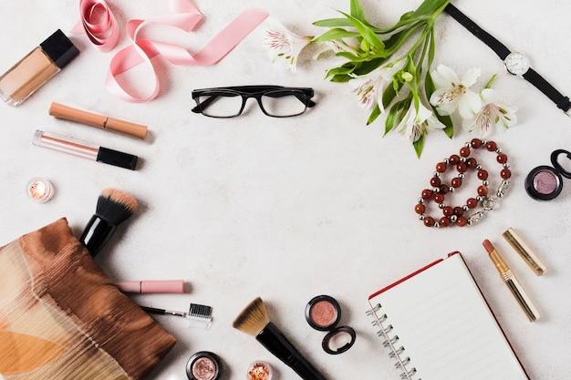 Maquillaje herramientas y accesorios en superficie ligera.