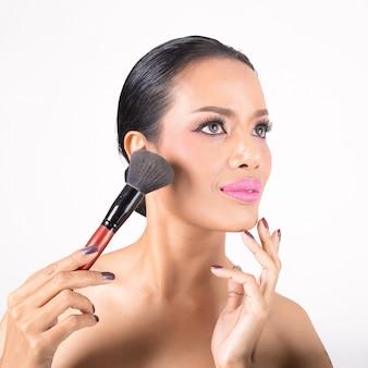 Maquillaje. maquillaje aplicar primer plano.