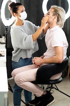 Maquillaje masculino en el salón de belleza.