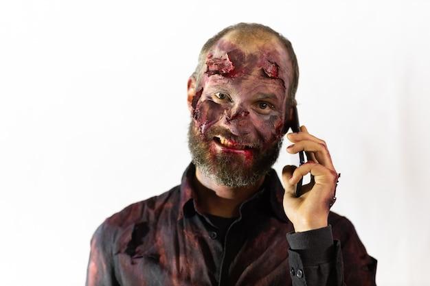 Maquillaje masculino zombie por concepto de halloween. sangre en la piel de la cara