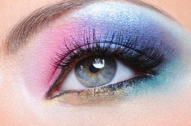 Maquillaje de moda brillante hermoso del ojo femenino - macro shot