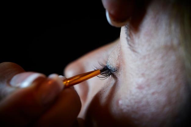 Maquillaje de mujer. delineador de ojos.