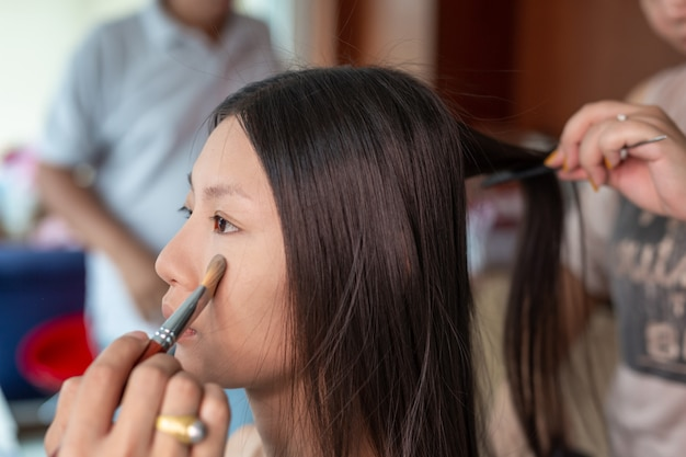 Maquillaje de niña utilizando un maquillador profesional.
