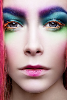 Maquillaje de ojo. detalle de maquillaje navideño. las pestañas postizas